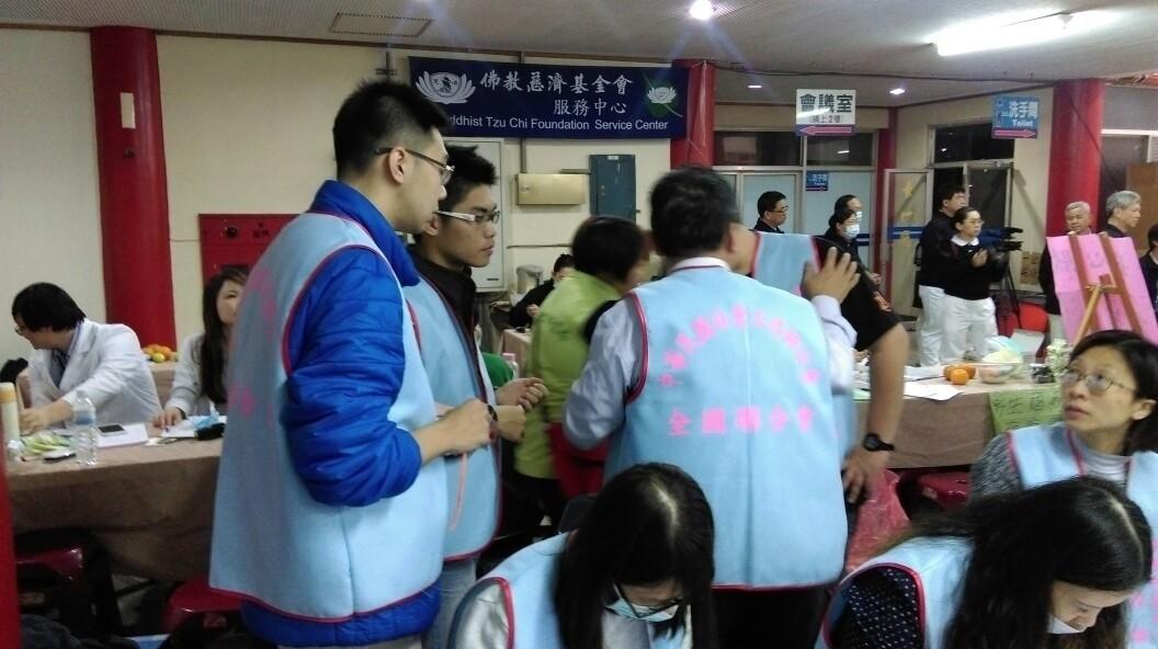 穆元舜(左二,露出黑色衣領)於臺南市立殯儀館與中華民國社會工作師公會全國聯合會理事長研討任務分配事宜