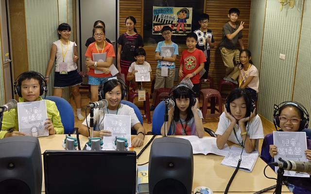 同學們在電臺錄音室體驗擔任一日小小播報員,機會十分難得,錄製的成果還能留作紀念