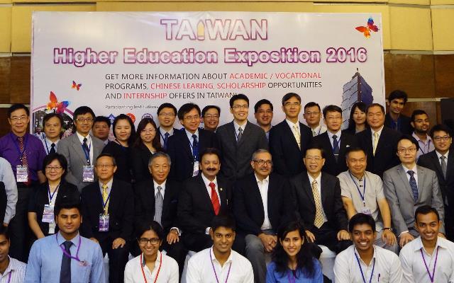 2016年印度臺灣高等教育展貴賓合影(居中坐者為孟買大學德希穆克校長、左為駐印田中光大使、清大賀陳弘 _大圖