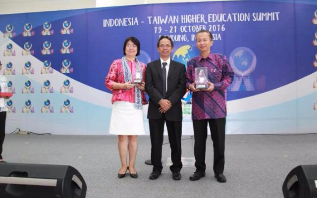 楊敏玲司長(左)、印尼國立萬隆技職大學校長Rachmad Imbang Tritjajono(中)及印尼科研暨高等教育部Harri 副部長(右)於論壇開幕式合影.JPG_大圖