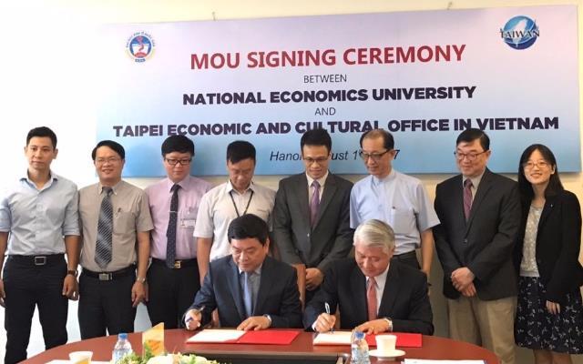 我國駐越南經濟文化辦事處石瑞琦大使(前排右)代表本部與越南國民經濟大學校長陳壽達(前排左)共同簽署合作備忘錄