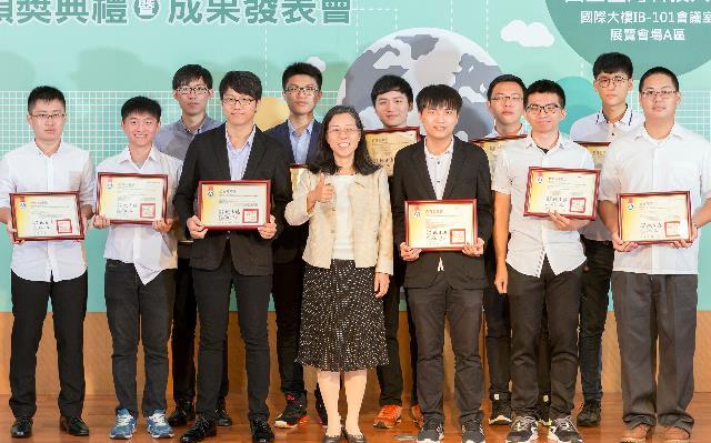 1070614教育部資科司詹寶珠司長與2018全國大專校院軟體創作競賽3組金牌同學合照