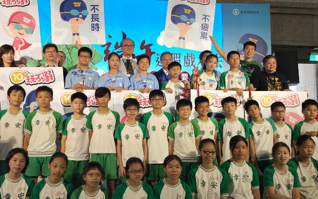 (附件照片1)1070614-1-體育署邀請幸安國小學生進行「防溺常識趣味PK賽」,測試小學生的水安知識。