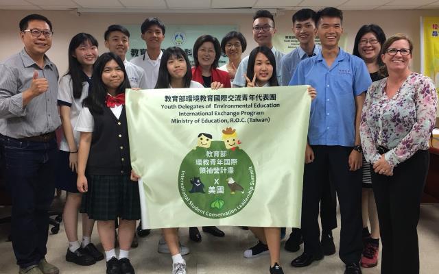 本部劉文惠副司長及美環保署Jane Nishida首席副助理署長與青年學子合影
