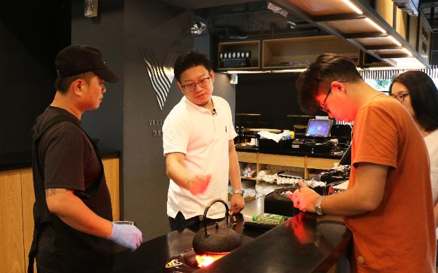 職人吳季衡與拍攝團隊於良作工場農業文創館的餐廳討論VR拍攝角度