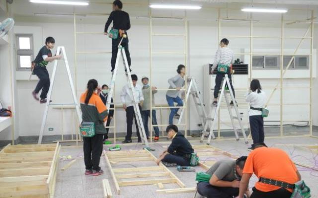 圖2:呂家清老師指導學生們進行木工裝潢.JPG