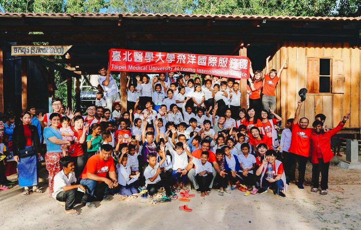 107年暑假和實踐大學建築義工隊一同在柬埔寨馬德望省蓋了健康教育中心,團員開心地合影留念_大圖
