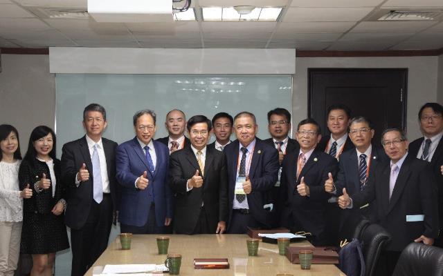 照片說明:教育部潘文忠部長(左起5)、朱楠賢主任秘書(左起4)與馬來西亞留臺校友合影_大圖