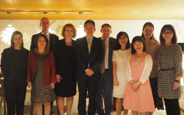 照片說明:畢祖安司長(左起5)及Ulrike Sych校長合影留念(左起4)_大圖