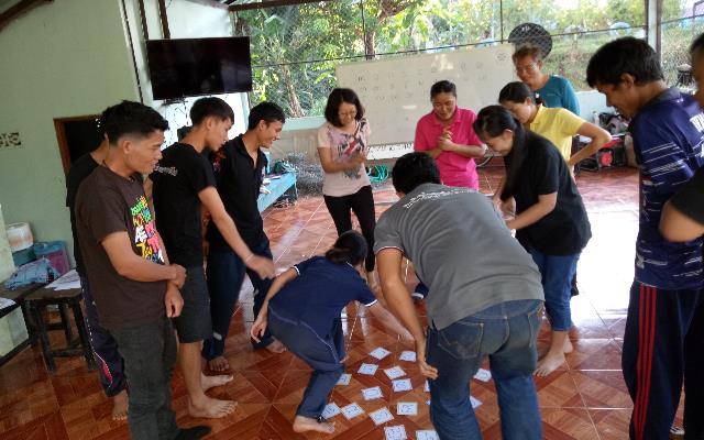 吳佩璇參與「師訓」,設計克倫文字字卡搶答活動,現場參與教師亦將這遊戲應用在課堂學習,讓學習克倫文字變得有趣(左四為吳佩璇)_大圖
