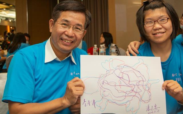 潘部長與學生體驗追逐遊戲畫後互相署名留念_大圖