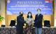 駐泗水臺北經濟貿易辦事處林鼎翔(右)處長代表教育部頒發獎章予吳慧莉副院長(中)