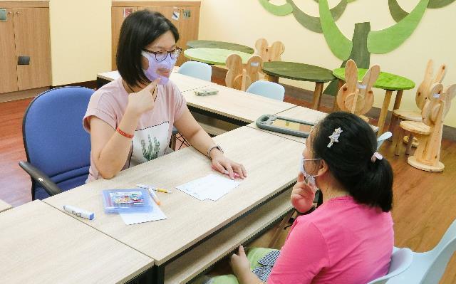 國教署提供特教師透明口罩 聽障生學