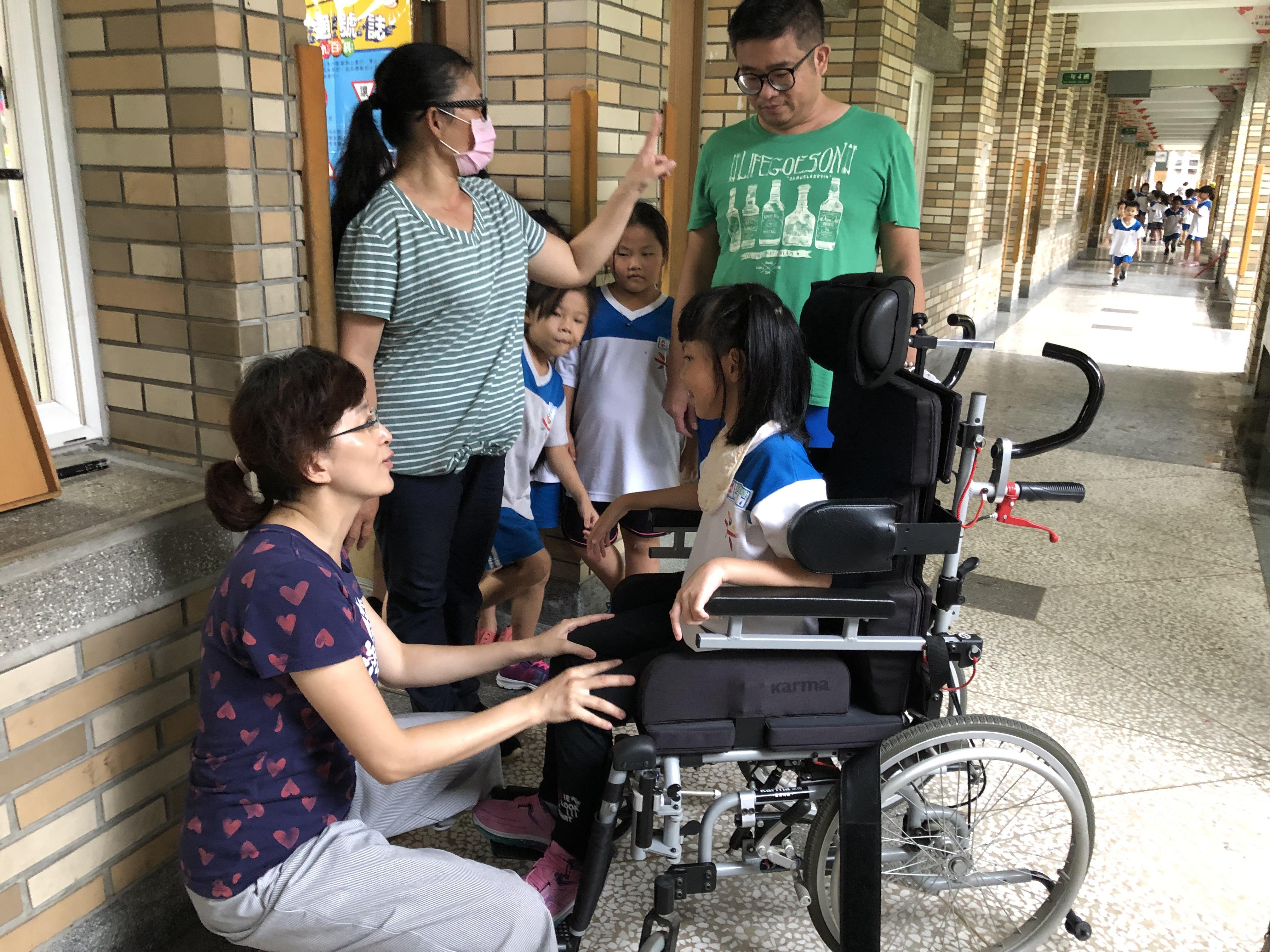 圖2:李乙蘭為學生申請輪椅,帶著孩子飛越障礙,更要讓孩子找到可立足於世界上,存在的意義。_大圖
