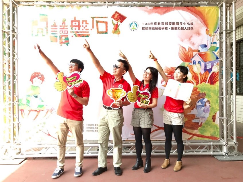 邱凱琳老師(右二)帶領三光國中獲得教育部閱讀磐石獎_大圖