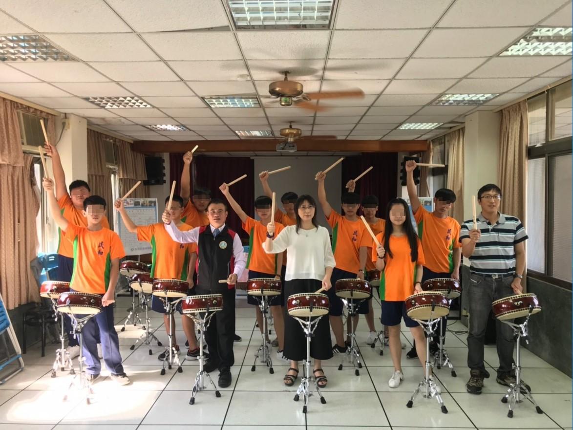 此為贈鼓儀式,使學生有榮譽感,增加學習動能_大圖