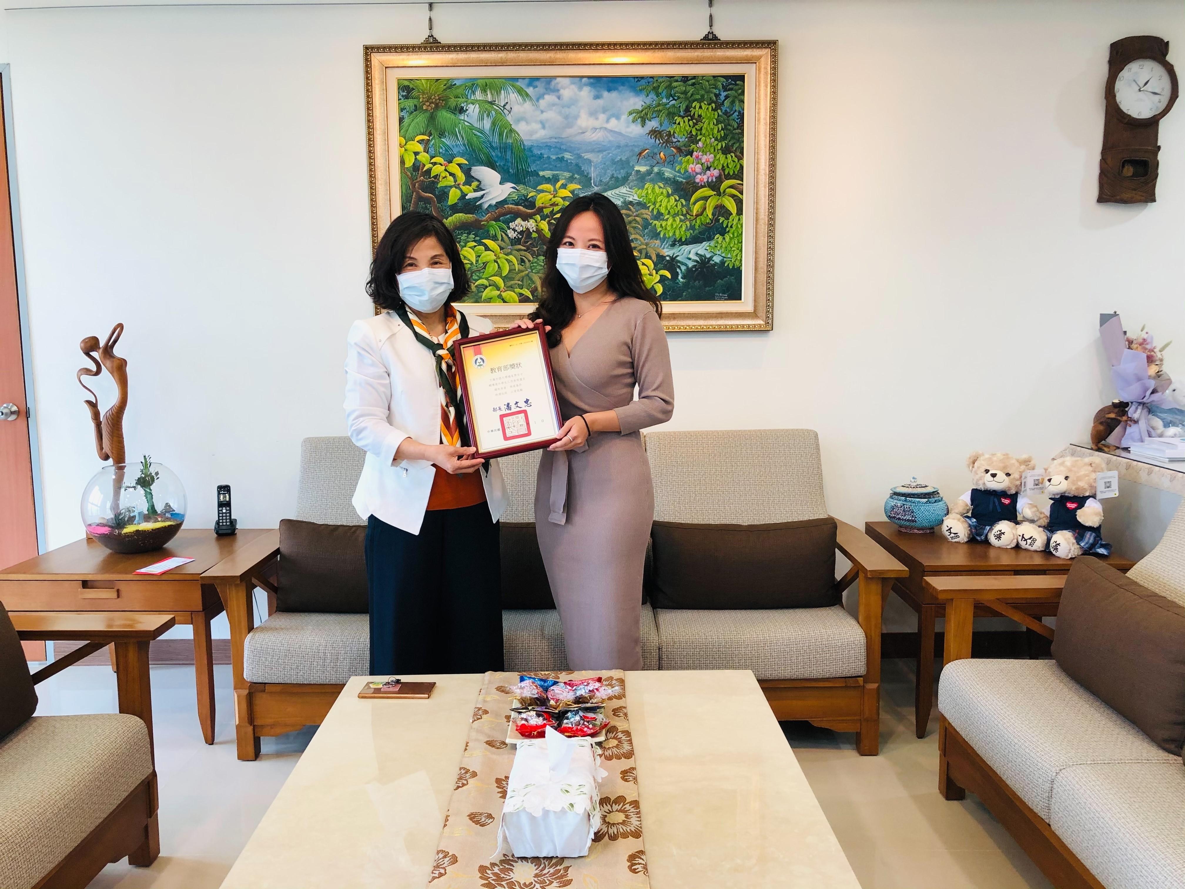 文藻外語大學陳美華校長頒發獎狀予績優輔導人員獲獎者楊家齊女士_大圖