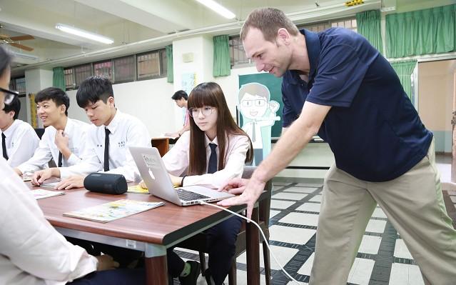 外師於課堂上針對教學主題指導學生_大圖