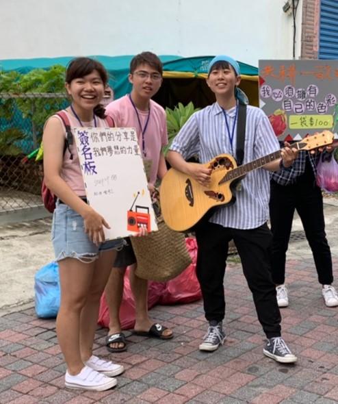 學生協助協會進行義賣活動,透過演奏樂器吸引目光_大圖
