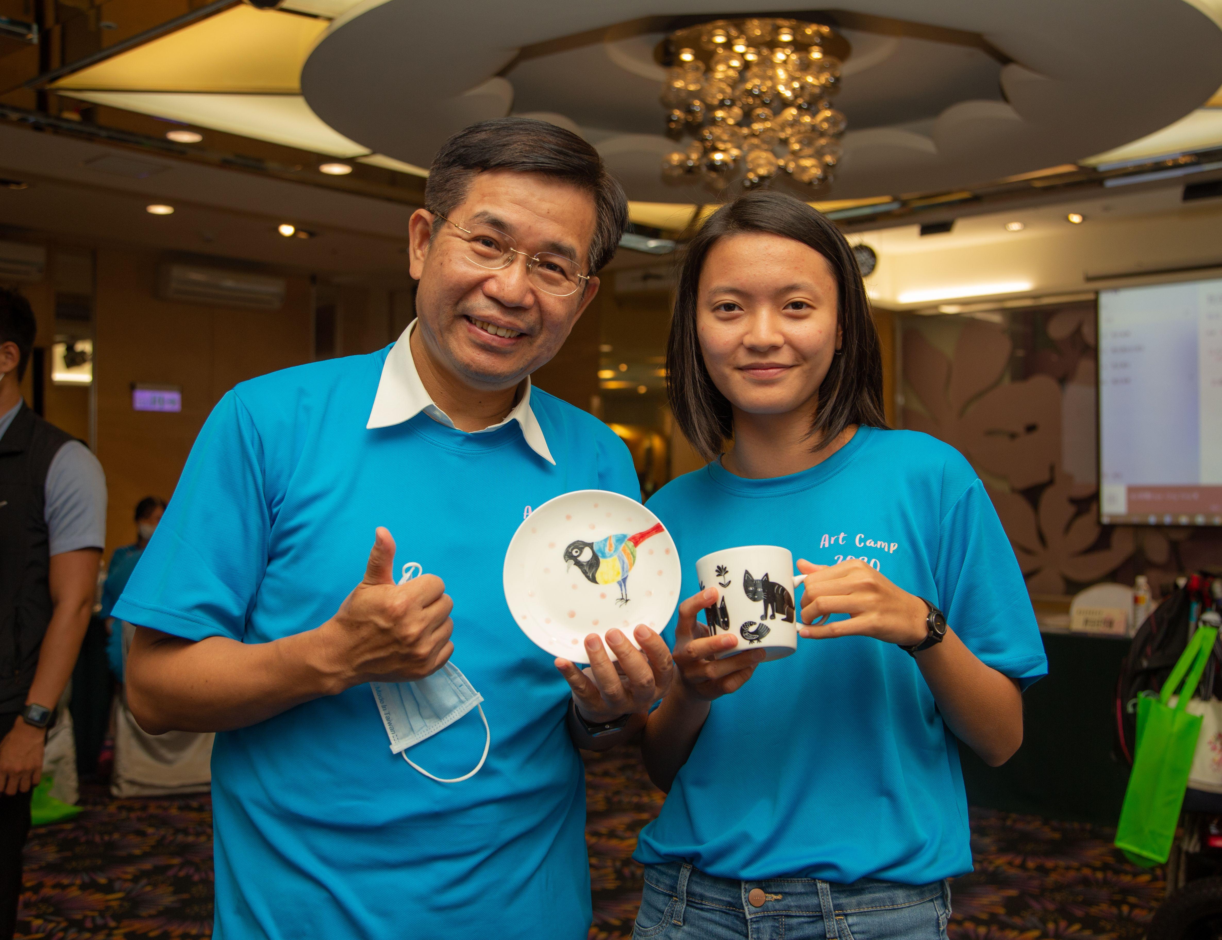 康宇瑄同學參與109年藝術夏令營,致贈本部潘文忠部長藝術彩繪陶杯及陶盤_大圖