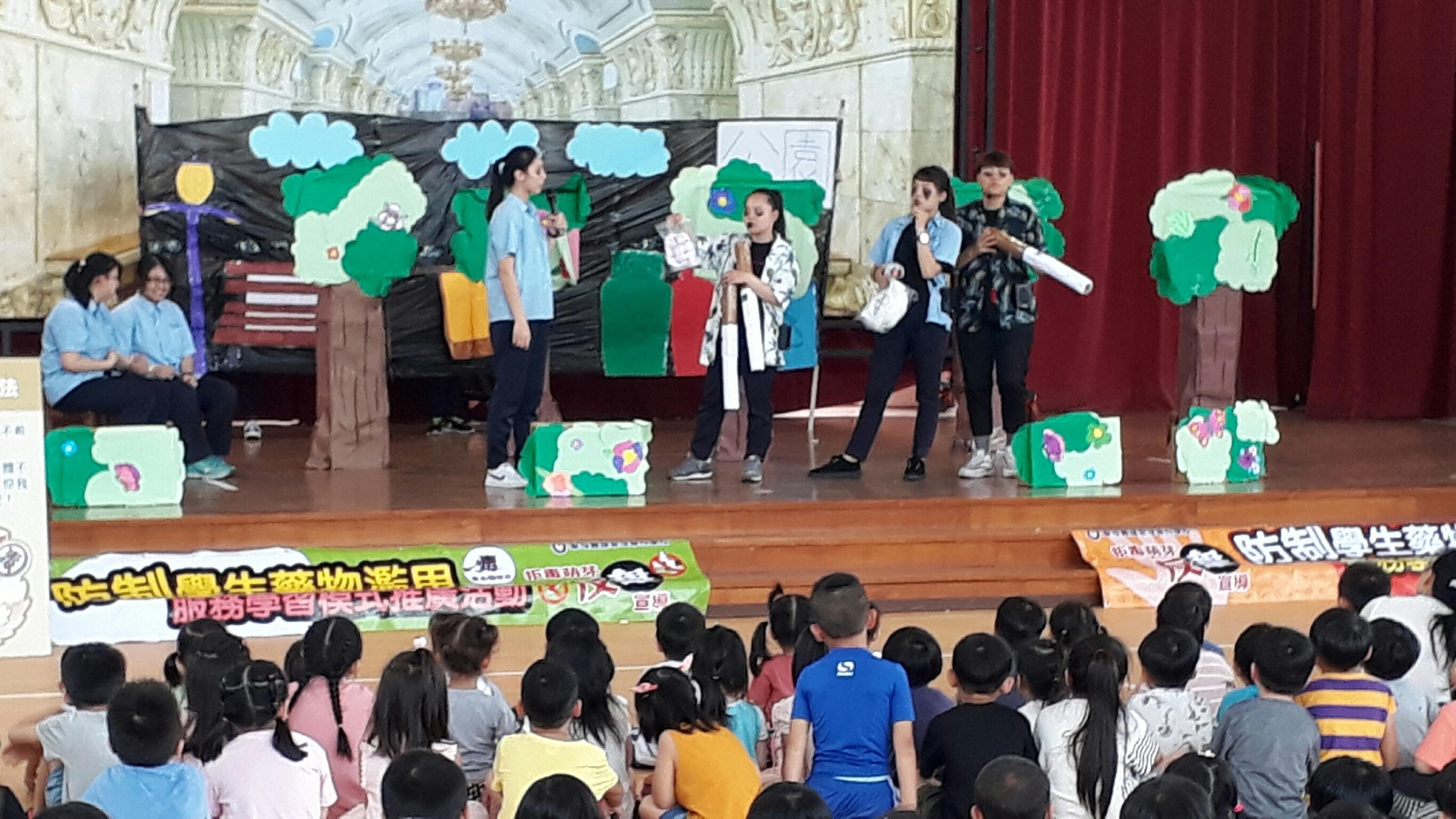 大哥哥、大姊姊們針對國小學童,創作活潑生動的反毒戲劇(聖母醫護管理專科學校)_大圖