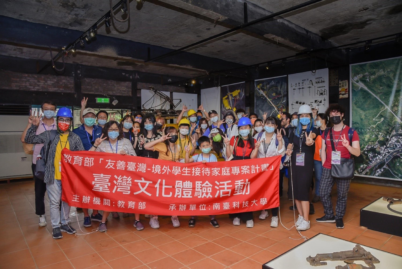 接待家庭與參與活動的境外學生於煤礦博物館合影_大圖