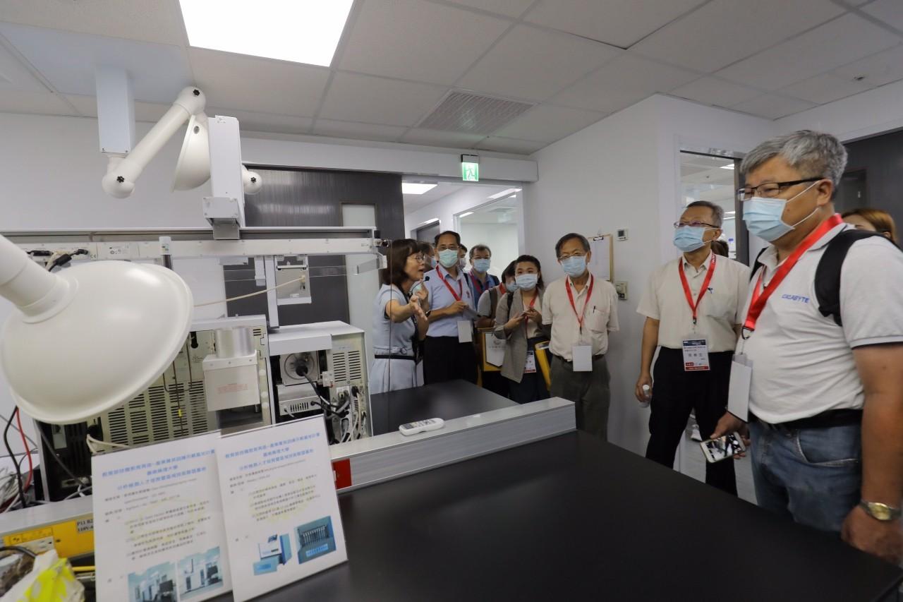 教育部舉辦前瞻計畫實地觀摩活動,圖為分析檢測人才培育基地計畫實驗室_大圖