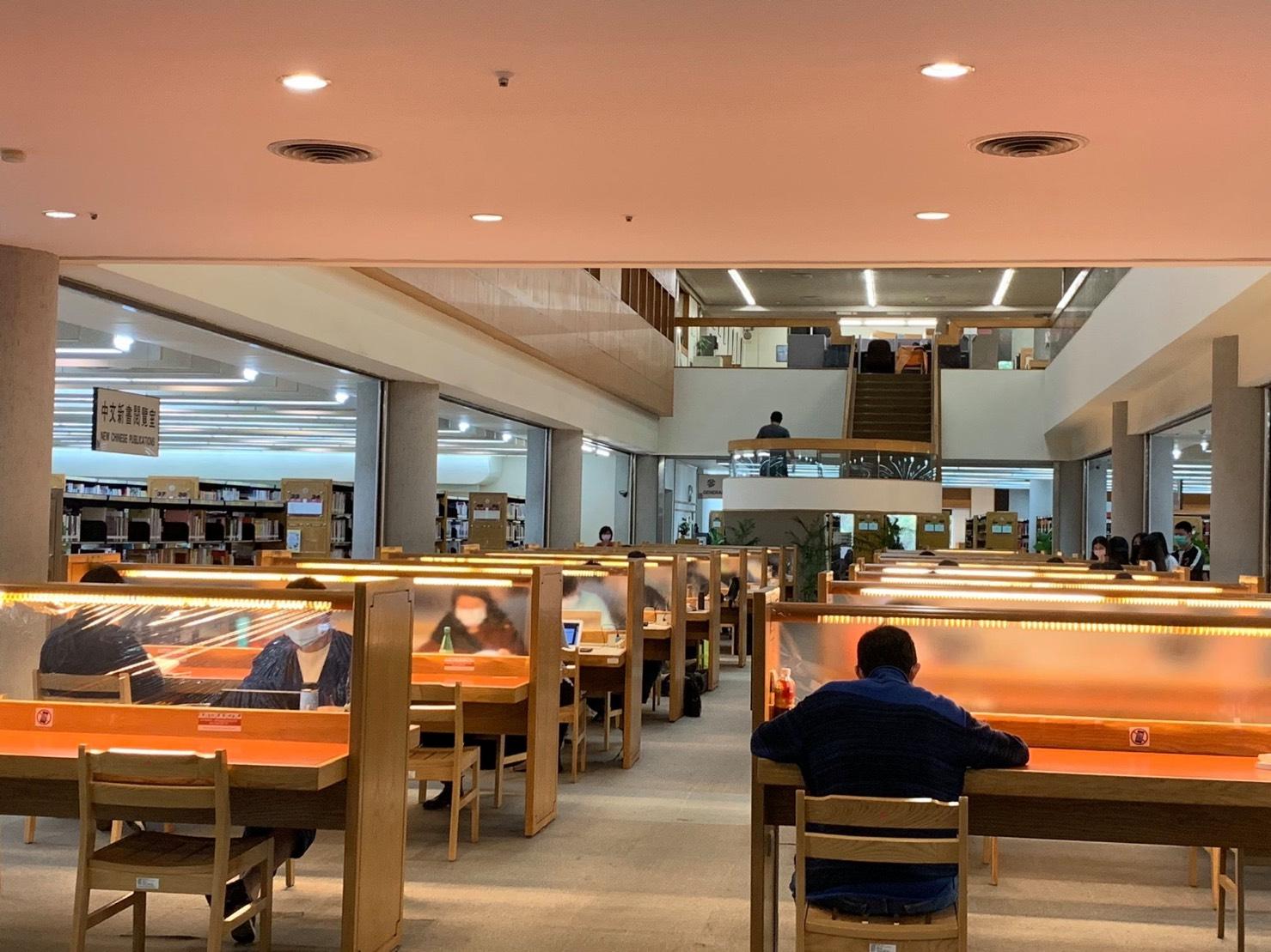 國家圖書館在席位間加裝透明隔板1_大圖