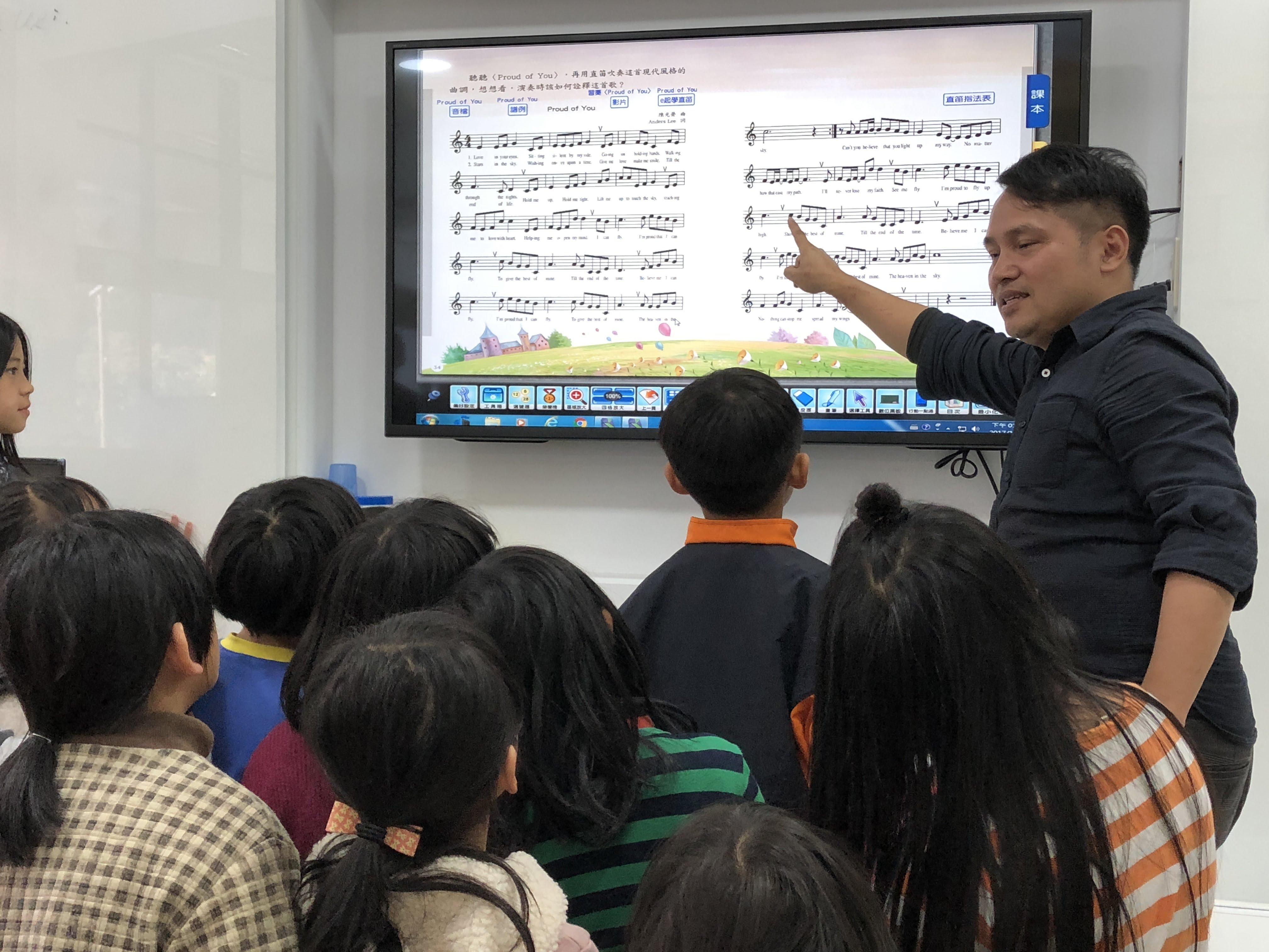 圖2:張世傑在帶合唱團時,會讓小朋友閉上眼睛去傾聽聲音。_大圖